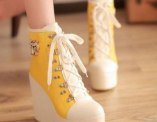 З чим носити модні кросівки на платформі?